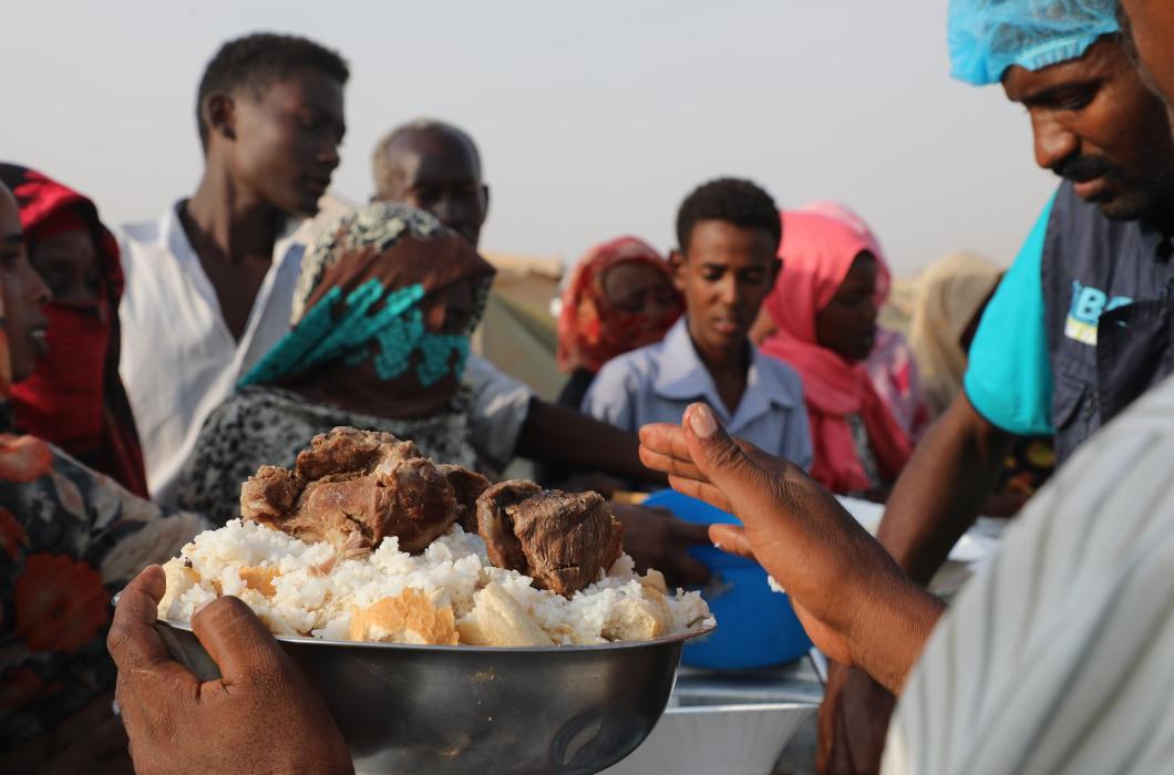 Sudan'da Sel Mağduru Ailelere Yemek İkramlarımız